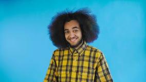 Teleurgesteld afro Amerikaans mannetje die facepalm gebaar doen tegen Blauwe achtergrond Concept emoties stock videobeelden