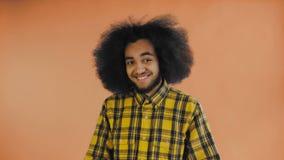 Teleurgesteld afro Amerikaans mannetje die facepalm gebaar doen tegen Oranje achtergrond Concept emoties stock footage