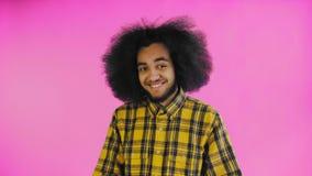 Teleurgesteld afro Amerikaans mannetje die facepalm gebaar doen tegen purpere achtergrond Concept emoties stock video