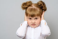 Teleurgesteld meisje die haar oren behandelen stock foto