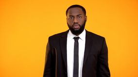 Teleurgestelde Afro-Amerikaanse zakenman die het kijken aan camera, slechte kwaliteit maken stock fotografie