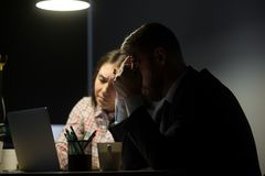 Teleurgestelde die arbeiders met bedrijfcrisis bij markt worden verstoord royalty-vrije stock afbeelding