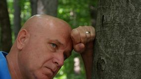 Teleurgestelde die Mens in Forest Rest Feeling Hopeless wordt verloren stock video
