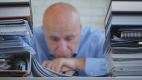 Teleurgestelde en Bored Zakenman Sitting Pensive in Bureauzaal met Hoofd op H royalty-vrije stock foto