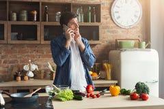 Teleurgestelde mens die gezond voedsel in de huiskeuken voorbereiden stock foto
