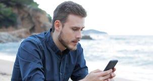 Teleurgestelde mens die verkeerd telefoonbericht ontvangen stock videobeelden