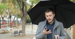Teleurgestelde mens die verkeerd telefoonbericht ontvangen stock video