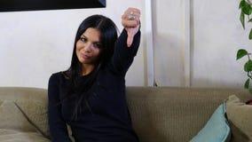 Teleurgestelde of niet bevallene jonge vrouw die duim benedenteken doen royalty-vrije stock afbeeldingen
