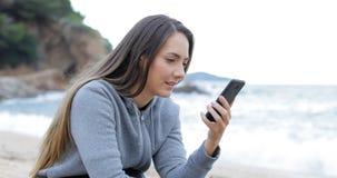 Teleurgestelde tiener die verkeerd telefoonbericht ontvangen stock footage