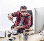 Teleurgestelde toevallige ondernemer die zijn ontgoocheling met neer duimen tonen stock afbeeldingen