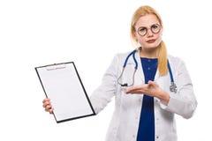 Teleurgestelde vrouw arts in witte laag met klembord royalty-vrije stock afbeeldingen