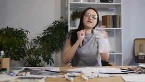 Teleurgestelde vrouwelijke student die droevige het maken slechte tekeningen voor coursework voelen slechte stemming en geen insp stock footage