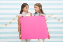 Teleurstellend nieuws De aankondigingsbanner van de meisjesgreep Meisjesjonge geitjes die document banner voor aankondiging houde royalty-vrije stock fotografie