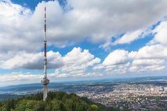 Televesions-Turm auf uetliberg und die Vogelperspektive von Zur Stockbild