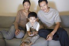 Televisão de observação da família em casa fotos de stock royalty free