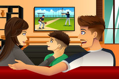 Televisão de observação da família em casa Imagem de Stock
