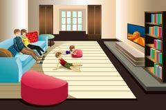 Televisão de observação da família em casa Foto de Stock Royalty Free