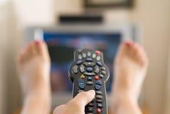 Televisão de observação da mulher imagem de stock royalty free