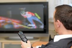 Televisão de observação do homem. Fotografia de Stock Royalty Free