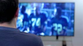 Televisão de observação do homem vídeos de arquivo