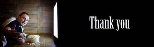 A televisão de observação do homem em casa no assoalho e o texto agradecem ao yo Fotos de Stock
