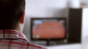 Televisão de observação do homem na sala de visitas video estoque