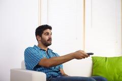 Televisão de observação do homem novo Foto de Stock Royalty Free