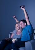 Televisão de observação dos pares entusiasmado Fotografia de Stock