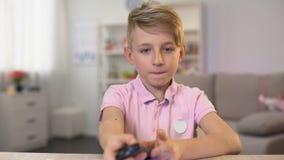 Televisão de observação que tira pelo contrário, controlo a distância em mudança da criança masculina dos canais filme