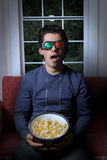 Televisão do watchin 3d do homem novo Foto de Stock