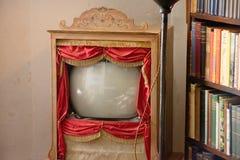 Televisión antigua a partir de los años 60, con las cortinas fotos de archivo libres de regalías