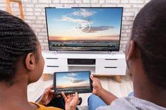 Televisi?n de conexi?n de los pares a trav?s de la radio en la tableta fotografía de archivo libre de regalías