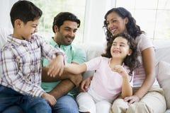 Televisión de observación de la familia de Oriente Medio fotos de archivo libres de regalías