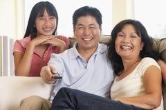 Televisión de observación de la familia junto Fotos de archivo libres de regalías
