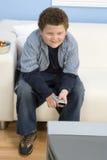 Televisión de observación del adolescente Fotos de archivo libres de regalías