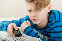 Televisión de observación del adolescente enojadizo gruñón Foto de archivo