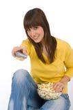 Televisión de observación del adolescente femenino feliz Foto de archivo libre de regalías