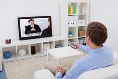 Televisión de observación del hombre Foto de archivo libre de regalías