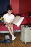 Televisión de observación del hombre en dormitorio Imagen de archivo libre de regalías