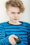 Televisión de observación del muchacho joven enojadizo malhumorado Imagenes de archivo