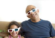 Televisión de observación del padre y de la hija en 3D Fotografía de archivo