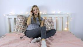 Televisión de observación de la mujer emocional, alegre almacen de video