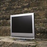 Televisión por la pared de ladrillo. fotografía de archivo libre de regalías