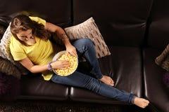 Televisión que escucha adolescente Foto de archivo