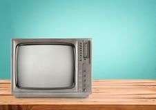Televisión retra en la tabla de madera Imagenes de archivo