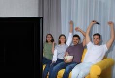 Televisie en vage mensen op achtergrond stock fotografie