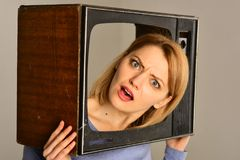 televisie het concept van het televisiekanaal vrouw die van televisietoestel kijken de televisie is een bron van informatie royalty-vrije stock foto's