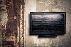 Televisie op een muur stock afbeelding