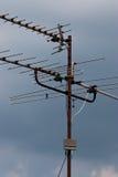 Televisieantenne op huisdak Stock Afbeelding