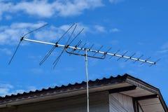 Televisieantennes met een bewolkte hemelachtergrond Royalty-vrije Stock Foto